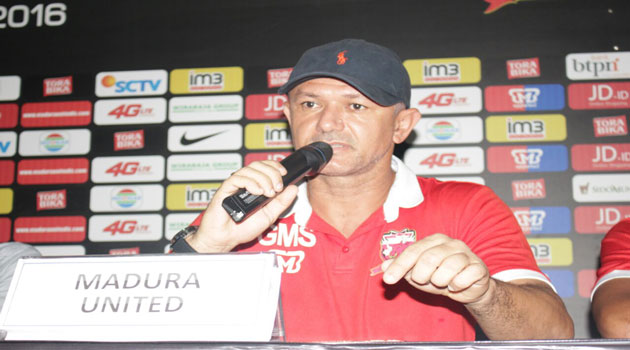 Pelatih Madura United FC Mario Gomes De Oliviera menyampaikan kesiapannya dalam jumpa pers di ruang Pers Gelora Ratu Pamelingan Pamekasan, Madura, Rabu (30/11/2016)