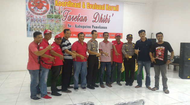 Foto bersama Polres Pamekasan bersama supporter Taretan Dhibik dan manajemen Madura United FC dalam rangkan persiapan pengamanan laga MU-Semen Padang dan evaluasi pengamanan antara MU melawan Persija Jakarta.