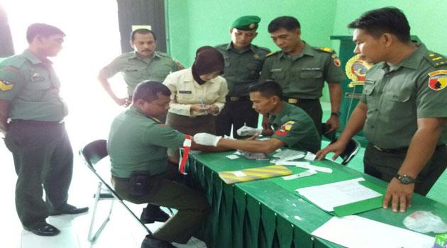 Tim medis melakukan pemeriksaan kesehatan bagi anggota TNI di Makodim Pamekasan.