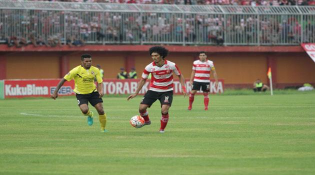 Laga tanding antara Madura United FC melawan Semen Padang. Dalam laga itu, semen padang kalah dengan skor akhir 2-1 untuk Madura United.