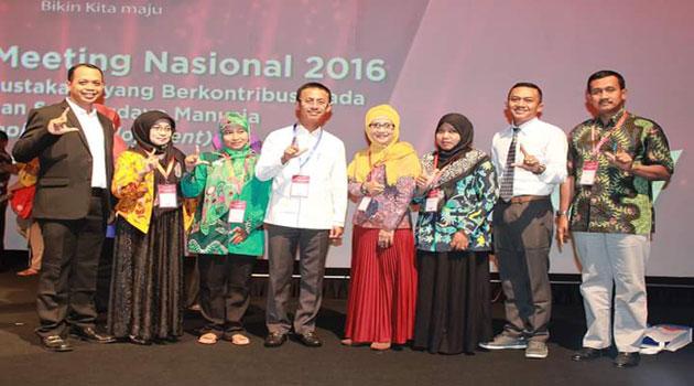 Bupati Pamekasan Achmad Syafii (tengah berbaju putih) saat menerima penghargaan di Jakarta.