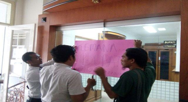 Aktivis LSM Sampang menyegel kantor Bupati KH Fanan Hasib karena tidak kunjung ditemui untuk menggelar audiensi terkait persoalan PT SMP.