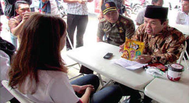 Ketua MUI Sumenep saat mengklarifikasi temuan mie instan mengandung minyak babi di Sumenep, Madura.