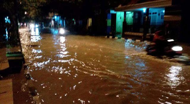 Banjir melanda Kota Pamekasan, Madura, Selasa (3/1/2017) malam.