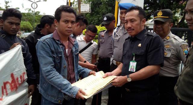 Koordinator Mahasiswa Membangun Desa (MMD) Sampang Hairus Zaman menyerahkan berkas dugaan korupsi kasus pembangunan instalasi biogas di Kabupaten Sampang kepada Kejari Sampang pada 21 Desember 2016.