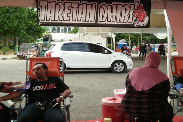 Kegiatan donor darah oleh Palang Merah Indonesia (PMI) Pamekasan bersama suporter bola Tarena Dhibik