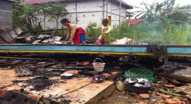 Kebakaran rumah warga di Sampang, Madura, akibat KWH meter meledak.