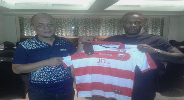 Manajer Madura United FC Haruna Soemitro dan Greg Nwokolo.