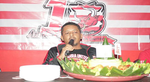 Direktur PT Polana Bola Madura Bersatu (PBMB) Ziaul Haq saat memimpin doa untuk Kiper Arema FC yang meninggal dunia, Selasa (10/1/2017) malam.