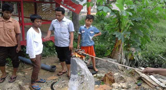 Sumur bor milik anggota DPRD Sampang yang mengeluarkan gas di Desa Gunung Eleh, Sampang, Madura.