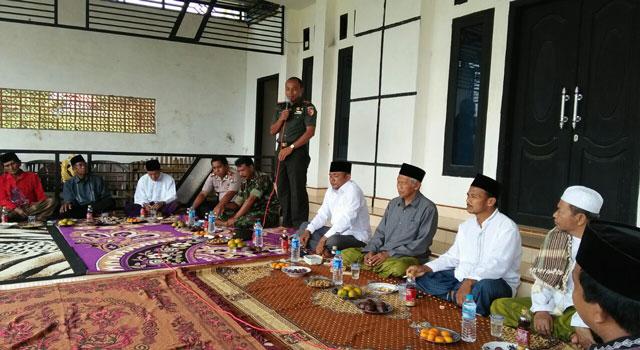 Dandim 0826 Pamekasan saat menyempaikan penyuluhan kepada masyarakat di Desa Sana Laok, Kecamatan Waru, Pamekasan.