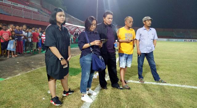 Istri dan Anak Achsanul Qosasi beserta Manajer Madura United FC didampingi Direktur PT Polana Bola Madura Bersatua (PBMB) menonton latihan terakhir di Stadion Gelora Ratu Pamelingan, Pamekasan, Madura, Sabtu (18/2/2017) malam.
