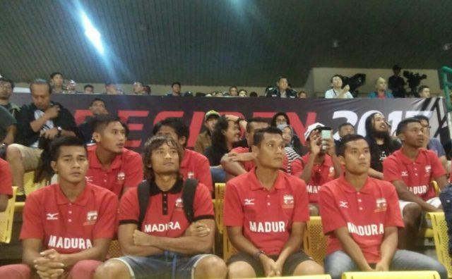 Pemain Madura United sebelum pertandingan melawan PBFC berlangsung di Stadion Manahan Solo, Sabtu (25/2/2017).