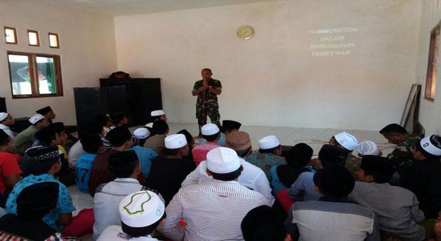 Dandim Letkol Inf Nuryanto saat menyampaikan wawasan kebangsaan di Pondok Pesantren Aram-aram, Pasean, Pamekasan, Madura, Rabu (15/2/2017).