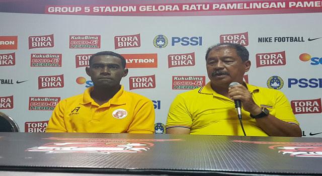 Pelatih Perseru Serui Yusak Yusanto saat jumpa pers di Stadion Gelora Ratu Pamelingan, Pamekasan, Sabtu (18/2/2017).