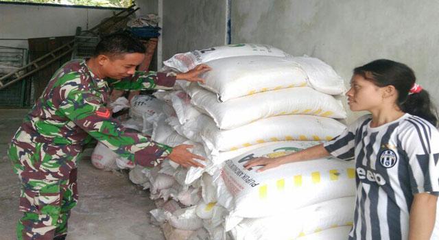 Babinsa Cek Ketersediaan Pupuk Bersubsidi di Kelurahan Kangenan, Pamekasan.