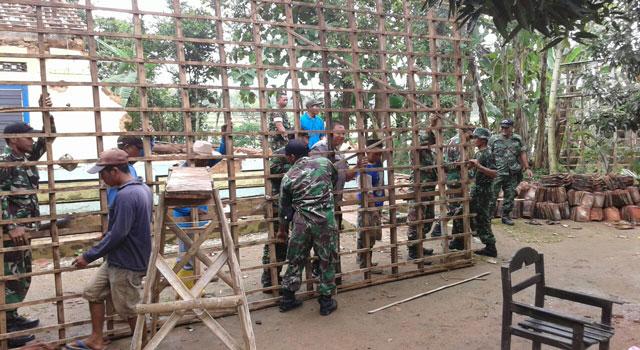 Bhakti sosial TNI pada korban puting beliung di Desa Bulangan Timur, Kecamatan Pegantenan, Pamekasan, Senin (20/2/2017)