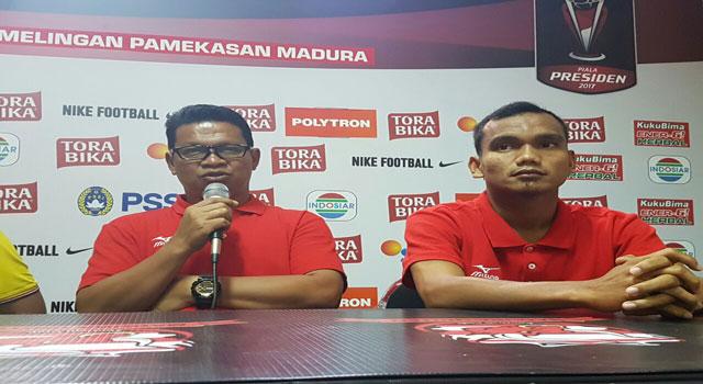 Asisten Pelatih Semen Padang saat jumpa pers di Stadion Gelora Ratu Pamelingan, Pamekasan, Madura, Sabtu (18/2/2017).