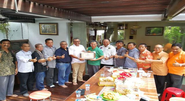 Pengurus PWI Jatim sowan ke rumah wartawan senior Dahlan Iskan dalam rangka Hari Pers Nasional (HPN) 2017.