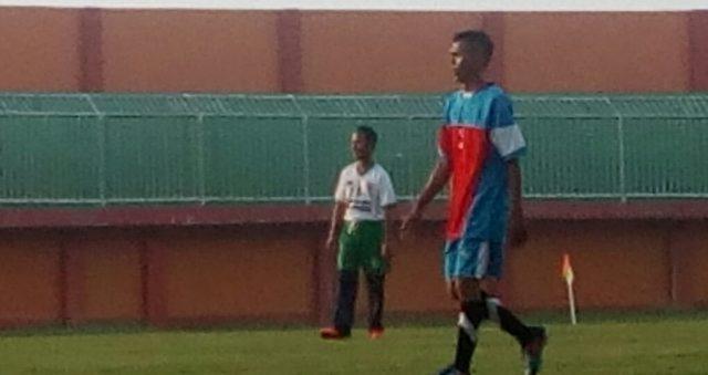 Bupati Pamekasan Achmad Syafii saat memperkuat Bhayangkara FC Pamekasan dalam laga persahabatan melawan kesebelasan Jurnalis Pamekasan, Minggu (5/3/2017) sore.