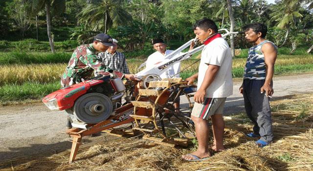 Pengecekan alat-alat mesin pertanian oleh Koramil Pasean, Pamekasan, Madura.