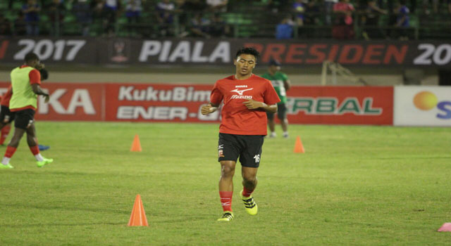 Rizki Dwi Febriyanto saat latihan menjelang Piala Presiden 2017 di Stadion Gelora Ratu Pamelingan, Pamekasan.