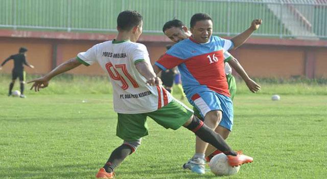Kapolres dan Bupati Pamekasan berupaya merebut bola dari Tim Jurnalis Pamekasan di laga persahabatan yang digelar di Stadion Gelora Ratu Pamelingan, Pamekasan, Minggu (5/3/2017) sore.